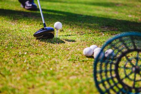Golfclub und Ball im grünen Gras Standard-Bild - 80674777
