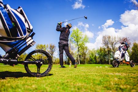 golfplayer는 잔디에 공을 친다. 스톡 콘텐츠