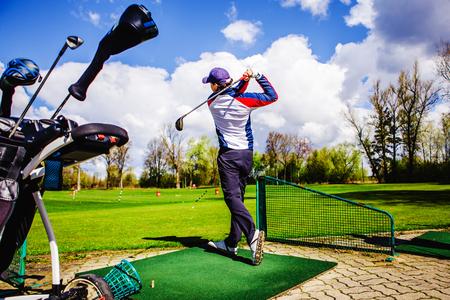 Golfplayer schlägt einen ball auf dem gras Standard-Bild - 80603007