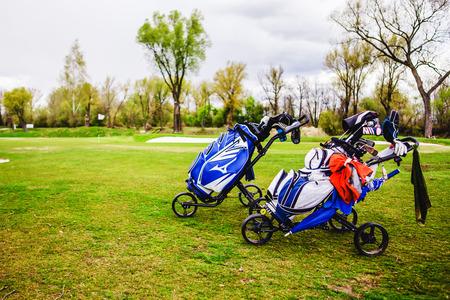 Golftaschen, Golfschläger in Golftasche auf dem Fairway. Standard-Bild - 80674778