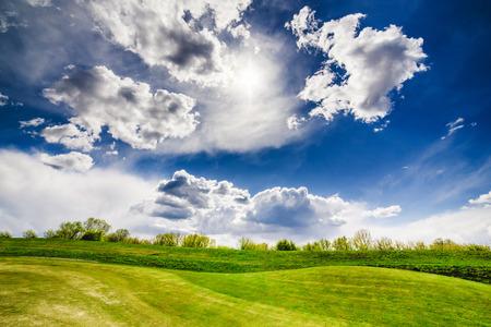 Sandbunker auf dem schönen Golfplatz Standard-Bild - 80603011