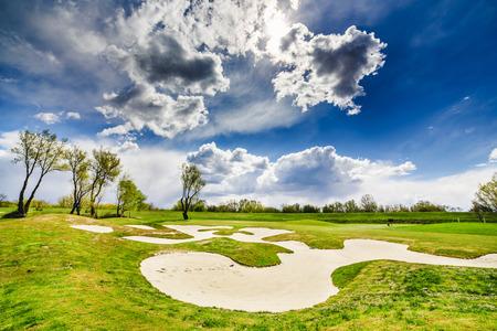Sandbunker auf dem schönen Golfplatz Standard-Bild - 80735053