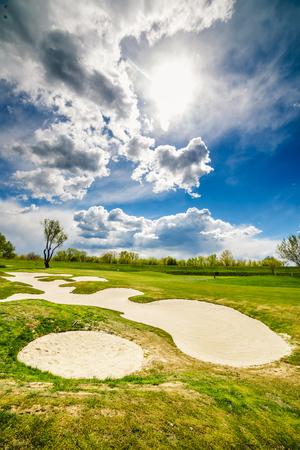 Sandbunker auf dem schönen Golfplatz Standard-Bild - 80674780