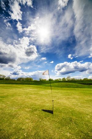 흰색 골프 플래그를 흔들며 골프 필드