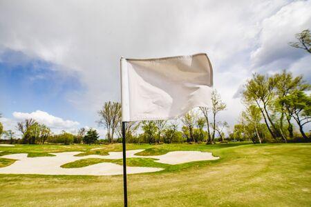 Weiße Golf-Flagge winken auf einem Golffeld Standard-Bild - 80603013