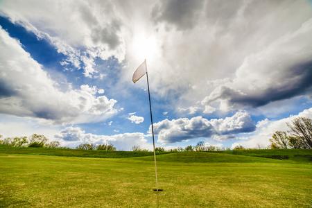 Weiße Golf-Flagge winken auf einem Golffeld Standard-Bild - 80735054