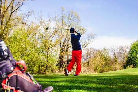 Golfplayer schlägt einen ball auf dem gras Standard-Bild - 80624652