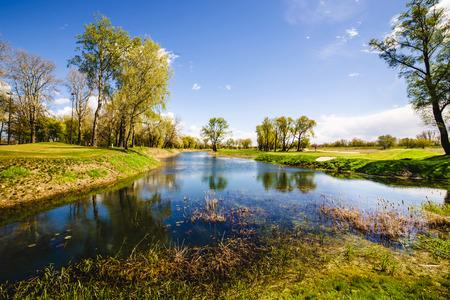 봄 공원에서 푸른 호수