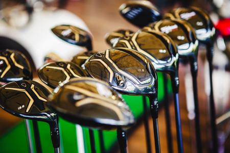 Un club lucido di golf in metallo per la presentazione di vendita nel rack del negozio. Archivio Fotografico - 80624642
