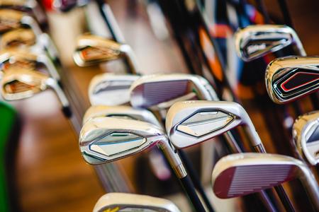 Ein glänzendes Metall Golf Clubs zum Verkauf zeigen im Shop Rack. Standard-Bild - 80707718