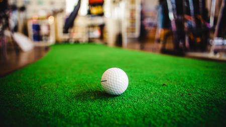푸른 잔디에서 골프 클럽과 공 스톡 콘텐츠