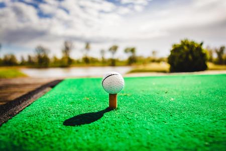 티 및 녹색 잔디에 골프 공 스톡 콘텐츠