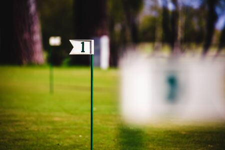 Schließen Sie oben von der Markierungsfahne im Loch auf Golffeld. Standard-Bild - 80707701