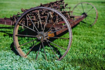 Alter Eisenpflug in der Vergangenheit als Werkzeug in der Landwirtschaft verwendet Standard-Bild - 81223801