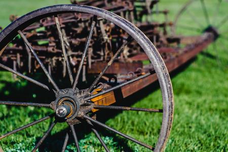 Alter Eisenpflug in der Vergangenheit als Werkzeug in der Landwirtschaft verwendet Standard-Bild - 81342589