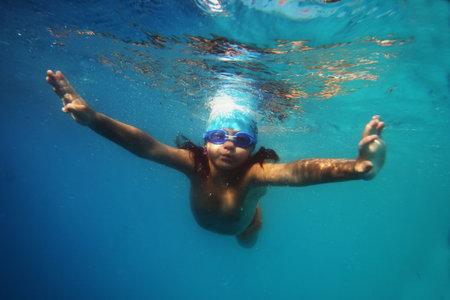 girl underwater: Zwemmen in het zwembad