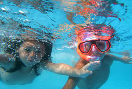 girl underwater: Zwemmer in zwembad Stockfoto