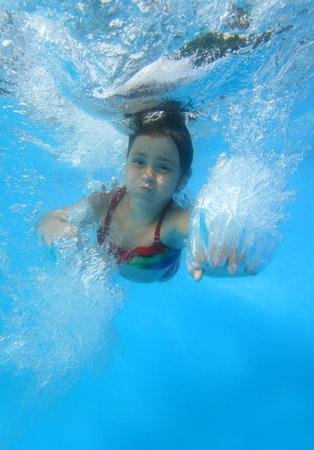 meisje zwemmen: Meisje zwemmen in het zwembad Stockfoto