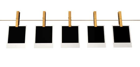 Cinq cadres sur polaroid washline isol� sur blanc - 3D render