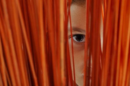 slit: Cerca de un ojo wacthig las ni�as a trav�s de una rendija
