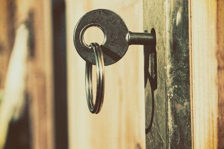 열쇠 구멍에 열쇠 넣기