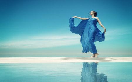 熱帯の海岸の青いドレスの若い女性。これは 3 d レンダリング図です。
