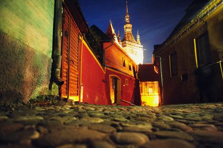 ルーマニア、トランシルバニアの要塞シギショアラのクロック タワーに夜景