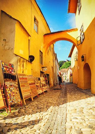 小さな通り舗装や販売のお土産市のシギショアラ、ルーマニア、トランシルヴァニアのドラキュラの家の近く 写真素材
