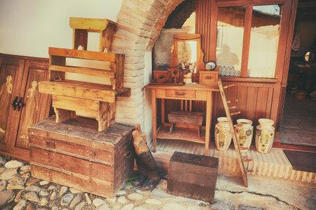 おみやげ木および製陶術、石畳の通りシギショアラの市で