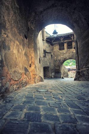 루마니아 - 트 랜, 루마니아에서 Sighisoara의 성채에서 시계탑 아래 통행 루마니아 - 스톡 콘텐츠