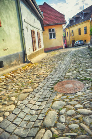 ルーマニア、トランシルバニアの要塞シギショアラの中世ストリート ビュー