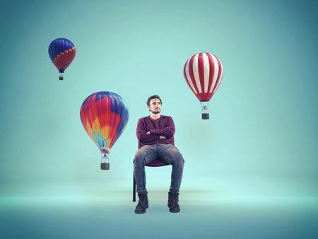 컬러 뜨거운 공기 풍선보고 젊은 남자. 창조적 인 마음의 개념.