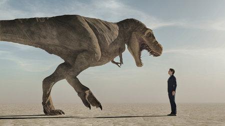 Mann, der zu einem aggressiven Dinosaurier, Tyrannosaurus Rex, aufblickt. Das Konzept des Mutes. Standard-Bild