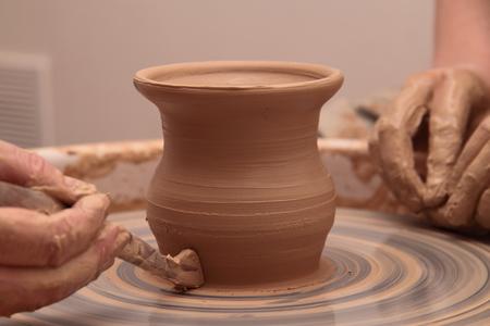 陶工、陶芸に土製の瓶を作成の手。