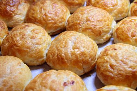 血色の良い皮と天板に甘いパンを焼いた自家製のおいしいケーキ 写真素材