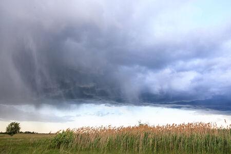 skyscape: Skyscape con las nubes de tormenta antes de la lluvia.