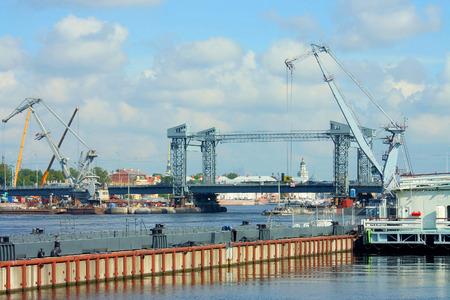 lieutenant: St. Petersburg, Neva cheruz bridge, built during the repairs of the bridge Lieutenant Shmidtat