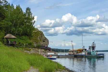 """Bateau de plaisance sur la rive de la rivière Tom dans la réserve-musée """"Tomsk Pisanitsa"""", région de Kemerovo-Kuzbass"""