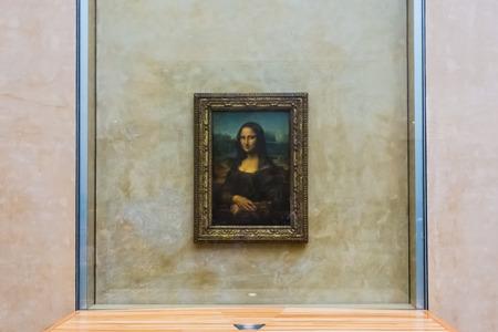 mona lisa: PARIS - MAY 14  Visitors take photo of Leonardo DaVinci