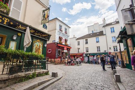 PARIS - le 14 juillet: Vue de café typique de Paris le 14 mai 2014, Paris. Quartier de Montmartre est l'un des destinations les plus populaires à Paris, Le Consulat est un café typique. Éditoriale