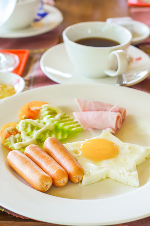American breakfast fried egg with ham and sausages Standard-Bild