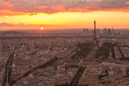 Coucher de soleil à la Tour Eiffel à Paris avec filtre millésime Éditoriale