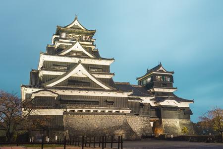 Crépuscule du château de Kumamoto dans le nord de Kyushu, au Japon.