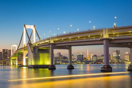 Tokyo horizon avec la tour de Tokyo et le pont arc en ciel. Tokyo, Japon.