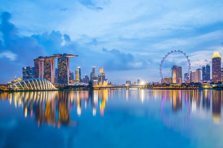 Marina Bay à Singapour, au crépuscule. Éditoriale