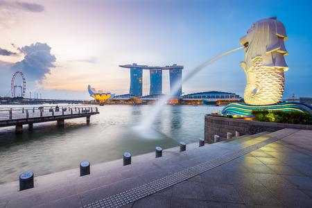 Singapore skyline et Merlion dans la matinée.