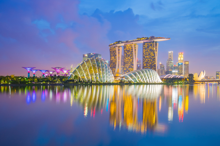 Singapore cityscapes bij schemering.
