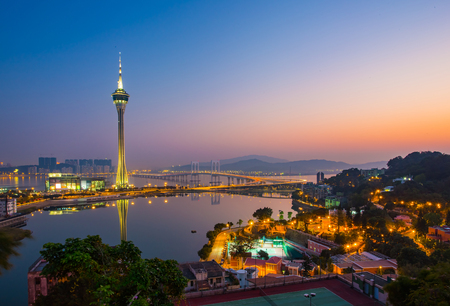 Cityscape of Macau Tower at night in China. Banque d'images - 47085079