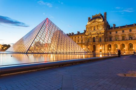 Paris, France - 13 mai 2014: Le musée du Louvre est l'un des plus grands musées du monde et un monument historique. Un point de repère central de Paris, France.