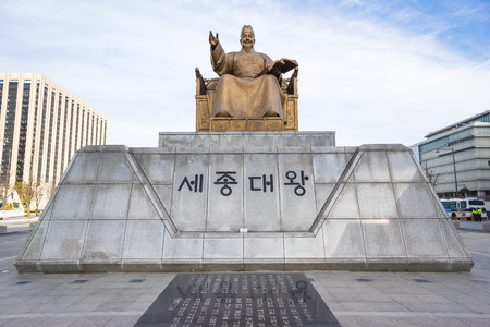 Seoul, South Korea - December 5, 2015: Statue of Sejong the Great King at Gwanghwamun Plaza in Seoul, South Korea. 版權商用圖片 - 51588054